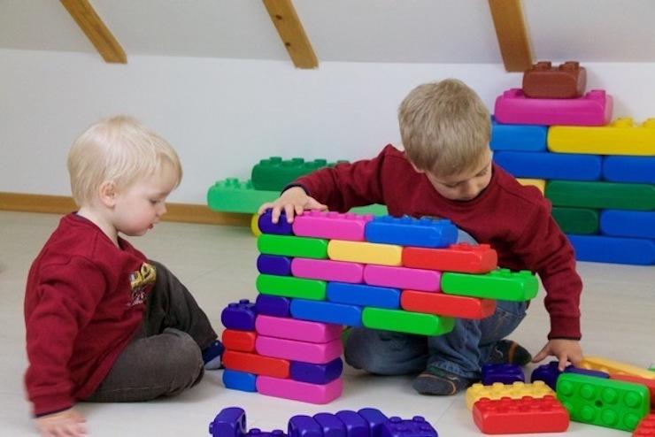 építőkocka és két fiú