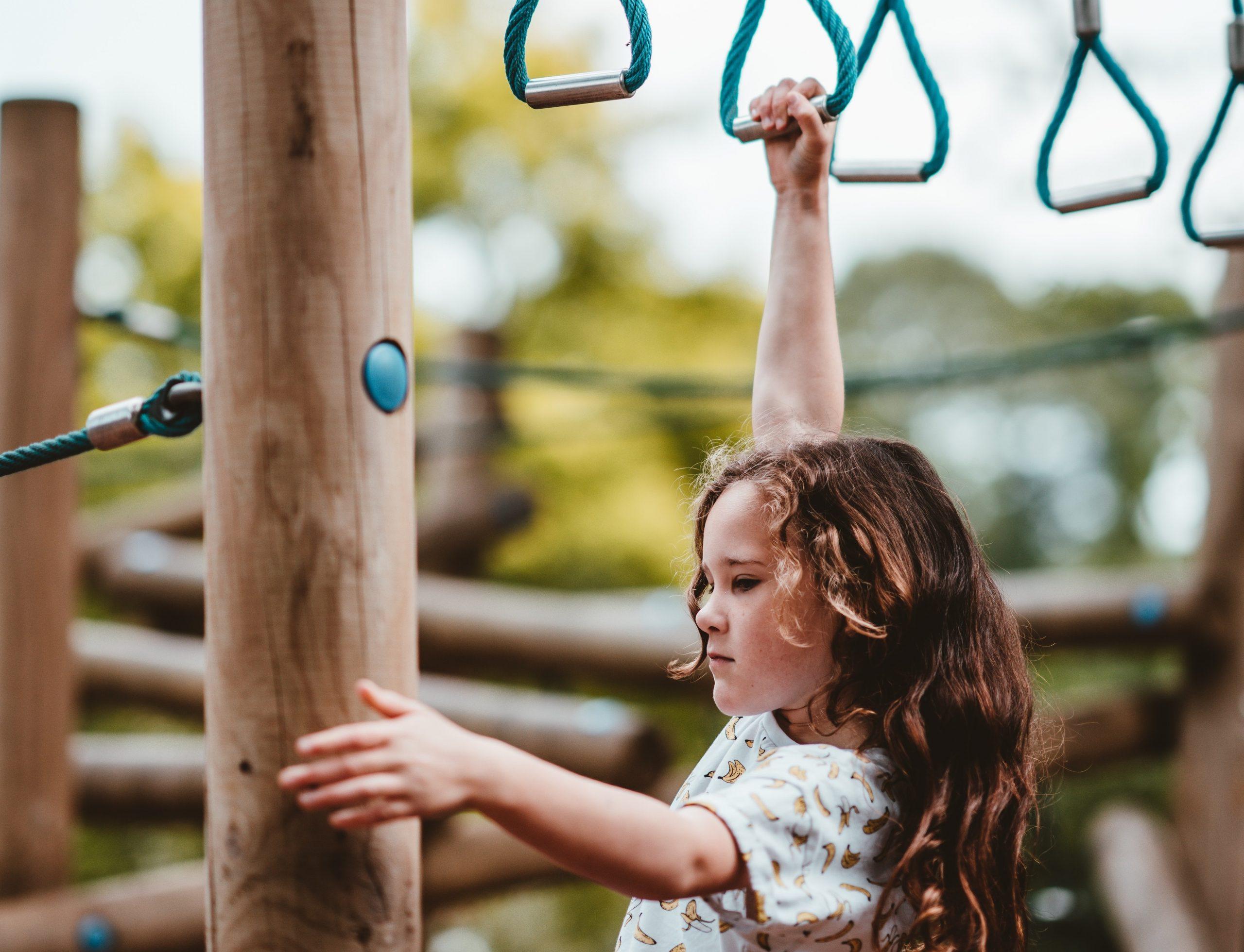 iskolai udvari játékok és kislány
