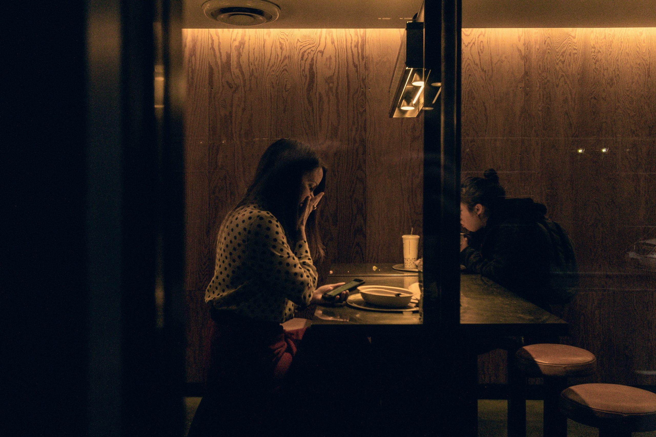 lány ül a Chipotle étteremben